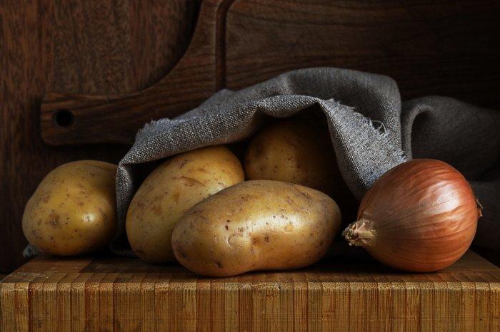 Картофель и лук – крайне неудачная пара для совместного хранения. /Фото: tasteofhome.com