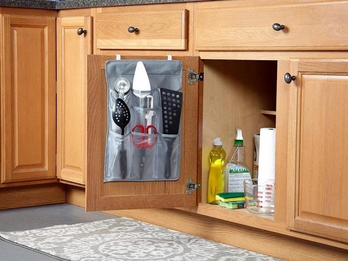 На дверцы шкафов можно повесить уйму вещей. /Фото: cdn.shopify.com
