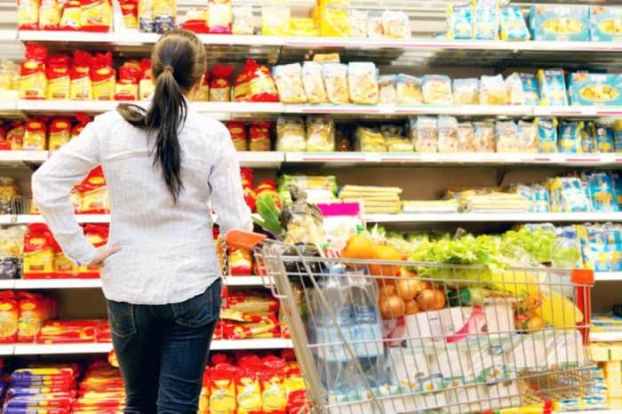 Делая покупки в супермаркете, не лишним будет посмотреть весь ассортимент товаров. /Фото: iurist.info