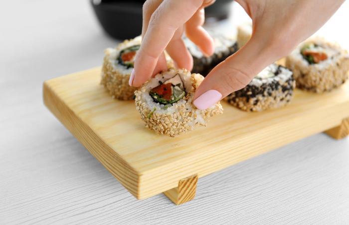 Во время поедания роллов есть два варианта: палочки для еды или пальцы. /Фото: loveincorporated.blob.core.windows.net