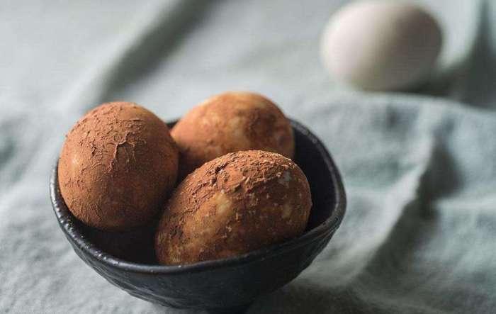 Первые шоколадные яйца были придуманы как десерт для пасхального празднества. /Фото: i2.wp.com