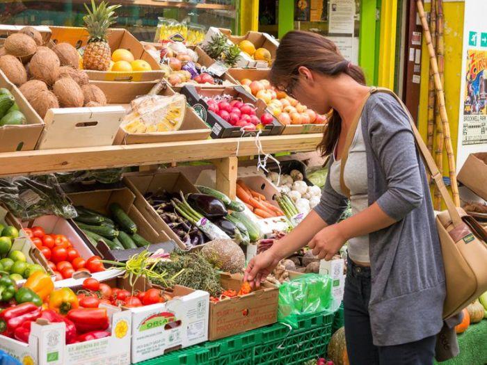 Не поленитесь наклониться к нижней полке с продуктами — это сэкономит вам деньги, а может и здоровье. /Фото: f7.pmo.ee