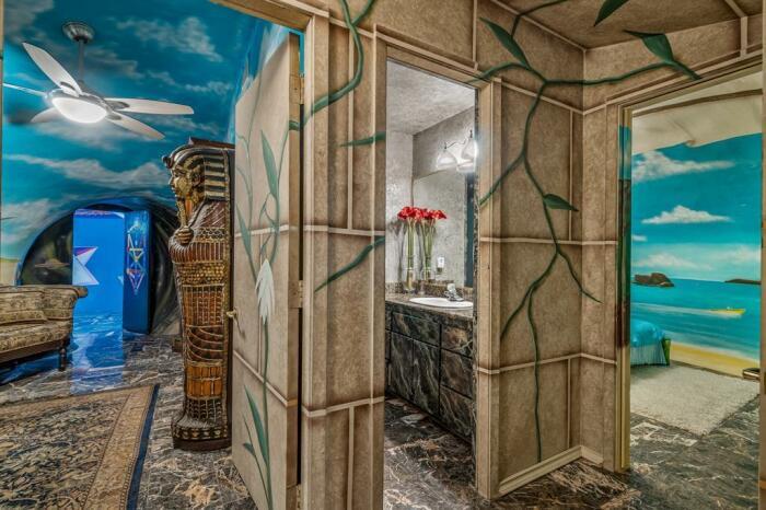 Египетская и античная нотки делают интерьер более колоритным. /Фото: feed-images.rewhosting.com