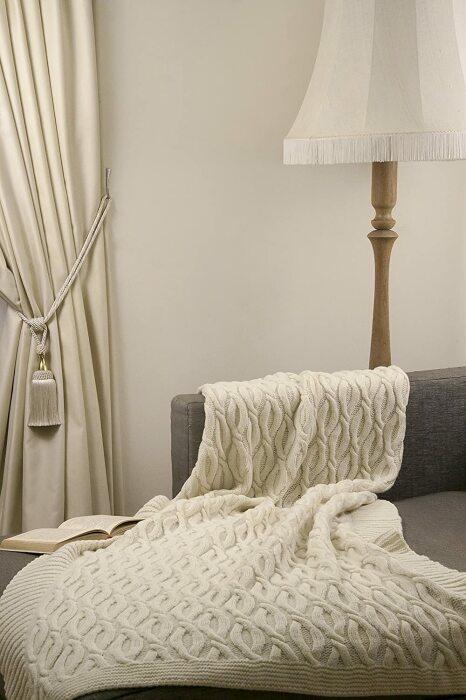 Роскошный плед и согреет, и украсит комнату. /Фото: images-na.ssl-images-amazon.com
