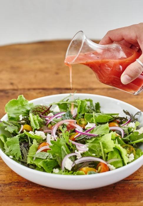 Томатная заправка делает салат вкуснее. /Фото: cdn.apartmenttherapy.info