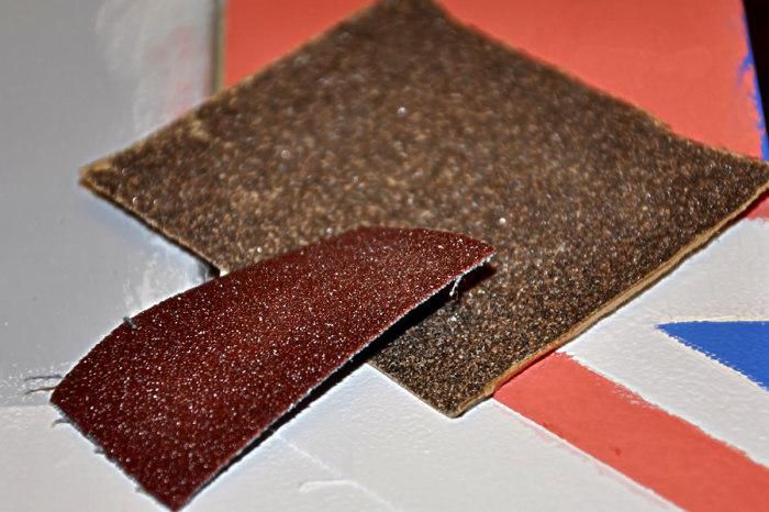 Когда под рукой нет точилки, но очень нужно наточить карандаш, можно использовать наждачную бумагу. /Фото: izplitki.com