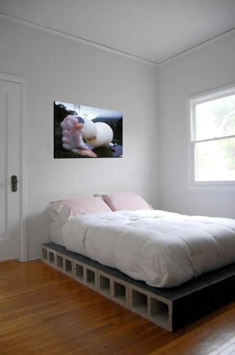 Шлакоблоки с легкостью заменят ножки и каркас кровати. /Фото: recreoviral.com