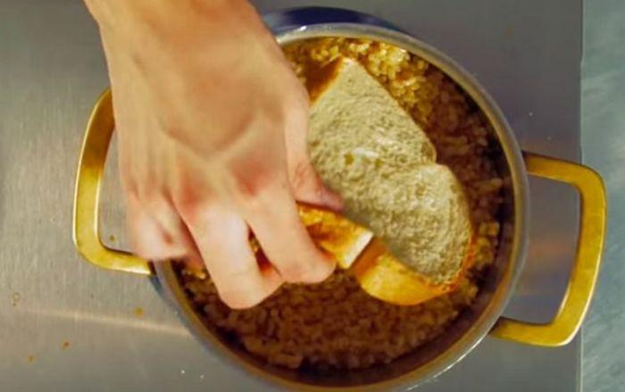 Чудодейственная впитывающая сила хлеба полезна при неудавшейся готовке. /Фото: vorply.com