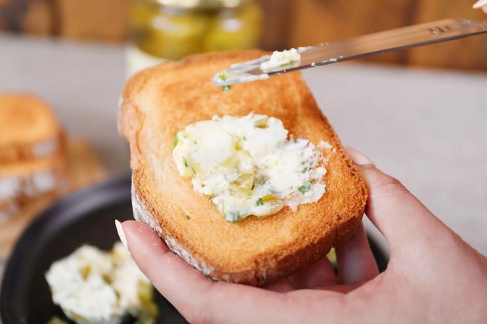 Масло с рассолом и укропом – вкусная и ароматная намазка на бутерброды. /Фото: wicklespickles.com