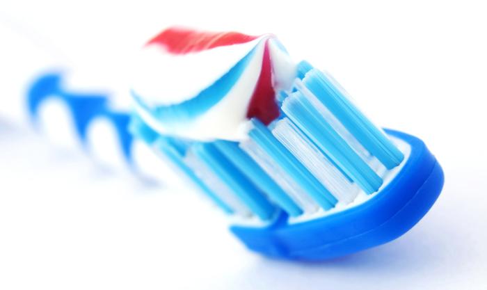 После чистки зубов обязательно нужно полоскать рот водой. /Фото: mos-doctor.com