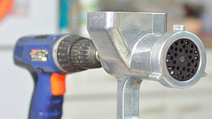 С помощью шуруповерта можно значительно ускорить готовку. /Фото: i.ytimg.com