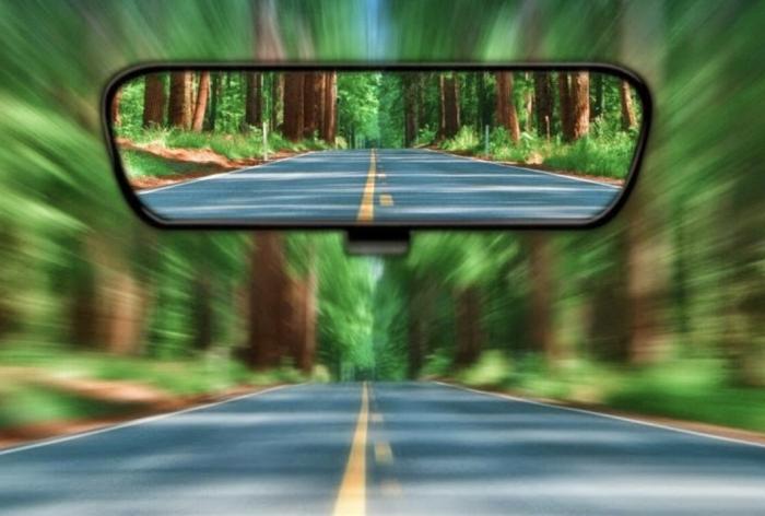 Выступающая панель на зеркале заднего вида — защита от ослепления фарами. /Фото: thedigitalstrategyunit.co.uk