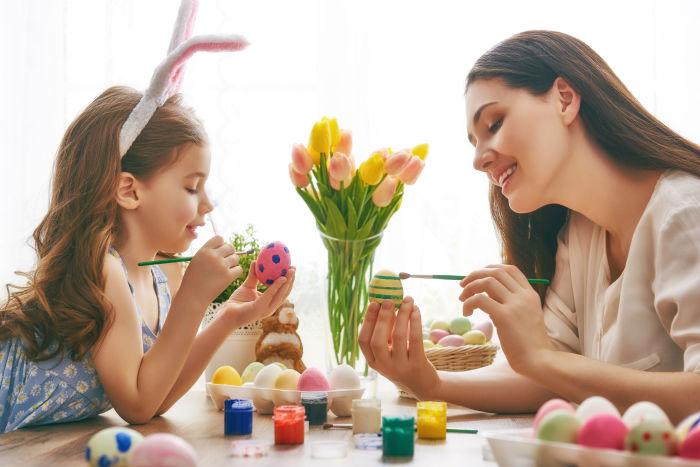 Раскрашивание пасхальных яиц вместе с детьми — отличный способ весело провести время. /Фото: kaluga24.tv