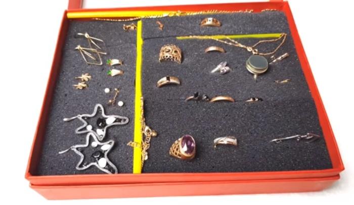 Дно, выстеленное поролоном, превращает шкатулку в удобный органайзер для украшений.