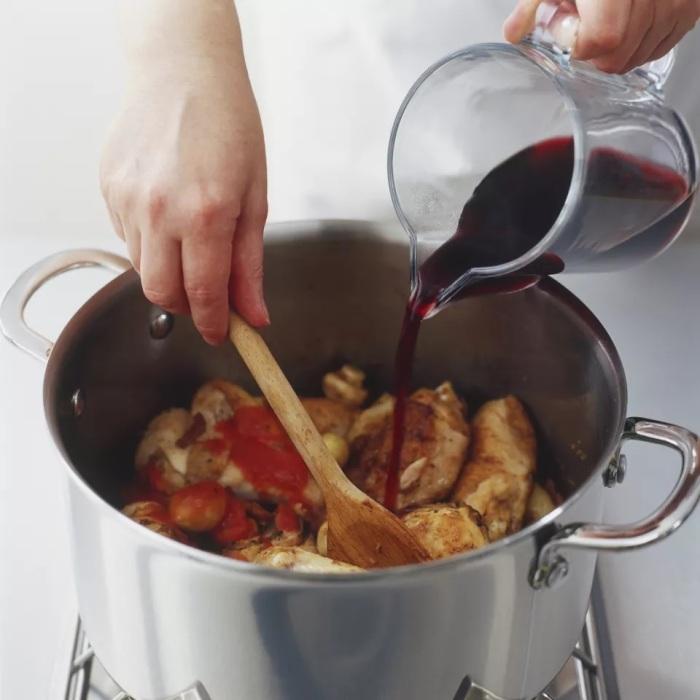 Умеренно терпкое красное вино гармонично дополнит вкус блюда. /Фото: thespruceeats.com