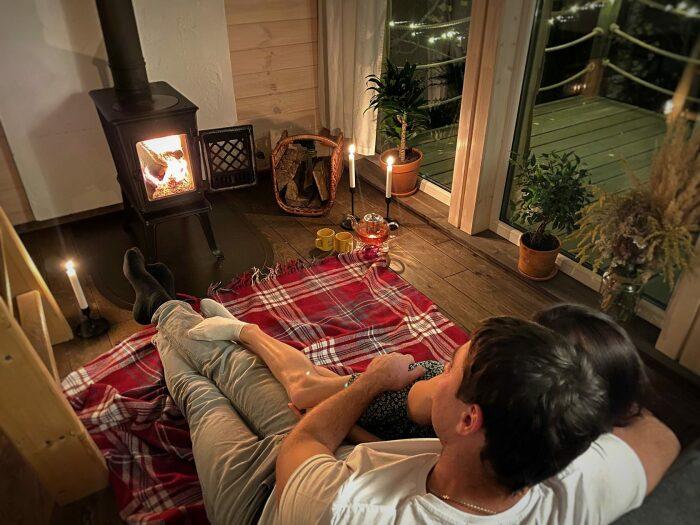 Внутри постройки очень уютно. /Фото: static.tildacdn.com