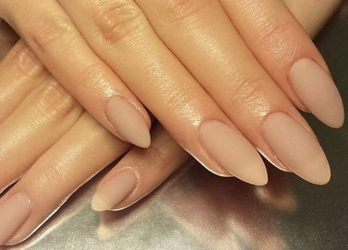 Немного крахмала – и обычный лак для ногтей становится матовым. /Фото: purewows3.imgix.net