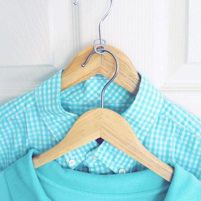 С таким простым лайфхаком вещи в шкафу всегда будут в идеальном порядке. /Фото: i.pinimg.com