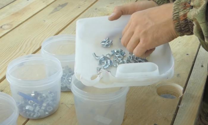 В лотке удобнее искать нужный винтик. Фото: youtube.com/watch?v=spT8CbpV2i4