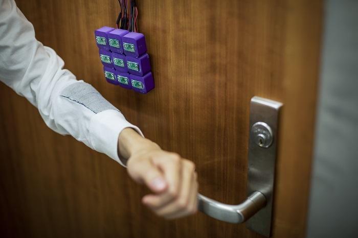 Лоскут «умной ткани» позволяет открыть дверь с электронным замком взмахом руки. /Фото: s3-us-west-2.amazonaws.com