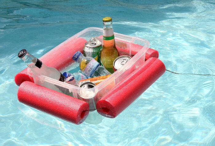 С плавучим подносом не придется выходить из воды за напитками. /Фото: impressiveinteriordesign.com