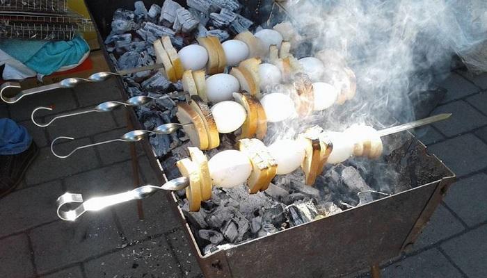 Приготовить яйцо на гриле относительно просто.