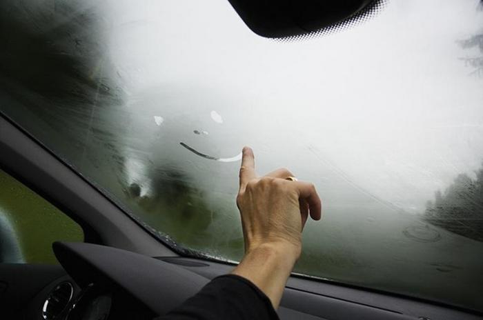 Проблема запотевших стекол — не новинка в автомобиле. /Фото: bummagazin.com