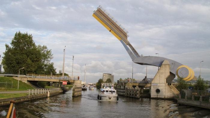 Мост Slauerhoff Bridge поднимается так быстро, что заслужил прозвище «летающий». /Фото: citi.io