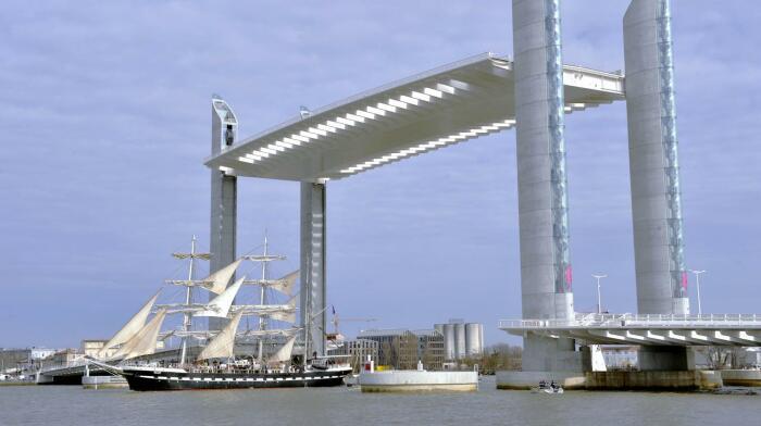 Подъем до 50 метров позволяет проходить парусникам с высокими мачтами. /Фото: francetvinfo.fr