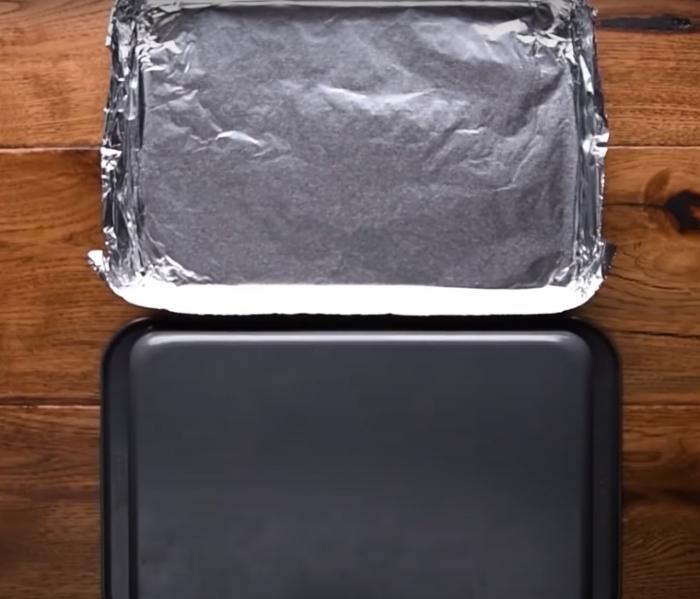 С помощью легкого лайфхака можно сэкономить силы и время на мытье противня. /Фото: youtube.com