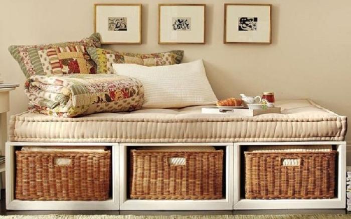 Для хранения любых вещей идеально подойдут плетеные корзины. /Фото: as-divan.com.ua