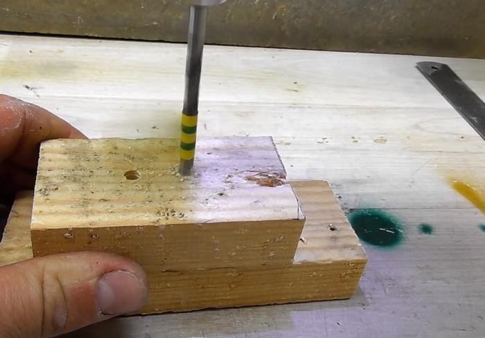 При помощи отметки из изоленты можно просверлить отверстие, которое всегда будет указанной глубины. /Фото: youtube.com/watch?v=3sjjP7axAg4