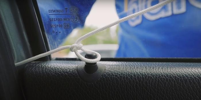 Простой и доступный способ для разблокировки двери. /Фото: youtube.com