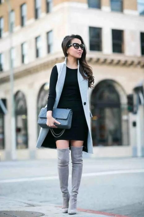 Элегантное сочетание длинного жилета и платья мини, дополняют образ стильные ботфорты. /Фото: avatars.mds.yandex.net