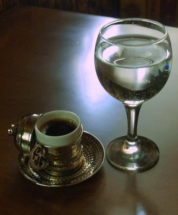 Кофе со стаканом воды. /Фото: lh5.googleusercontent.com