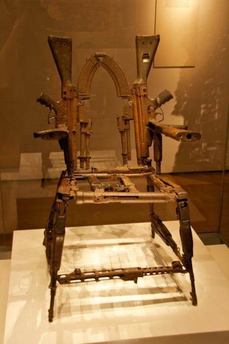 Трон из оружия – экспонат, вызывающий сильные эмоции. /Фото: 66.media.tumblr.com