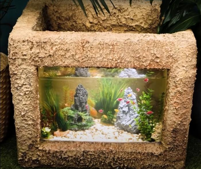Никто и не заподозрит, что аквариум выполнен из пенопласта и цементного раствора. /Фото: youtube.com/watch?v=Iy3CdGxQgOA