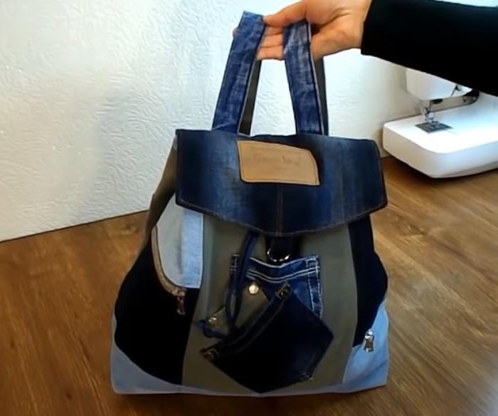 Из джинсовых лоскутов можно сшить очень стильный рюкзак. /Фото: youtube.com/watch?v=szw-BzBsFyI