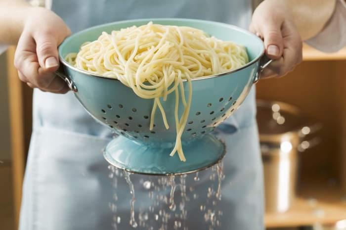 Ополаскивать макароны после варки не нужно. /Фото: thespruceeats.com