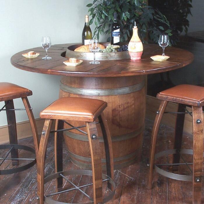 Стулья из бочек органично дополняют такой же столик. /Фото: i8.amplience.net