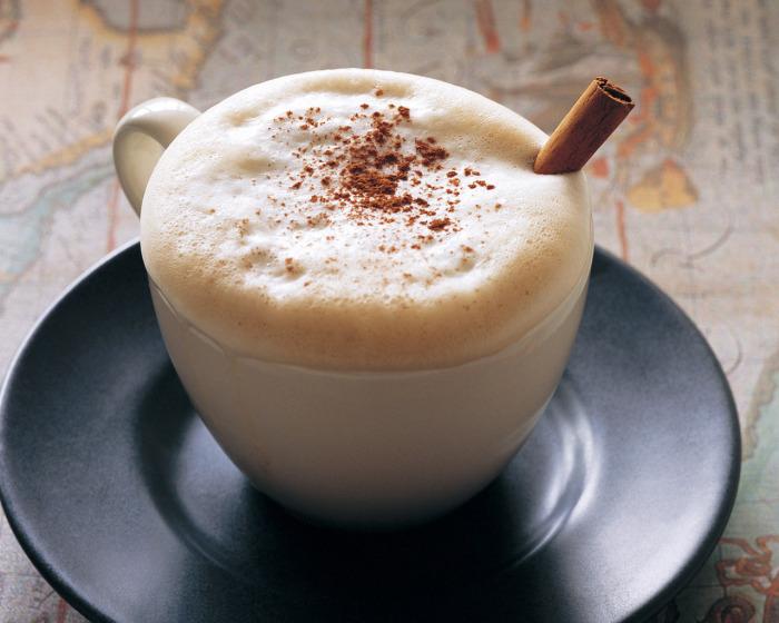 При выборе молока для пенки стоит обратить внимание на его жирность. /Фото: 1zoom.me