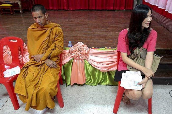 Буддийский монах и трансгендер в ожидании призывной процедуры. /Фото: encrypted-tbn0.gstatic.com