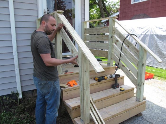 Перила обеспечивают безопасность, потому должны быть крепкими. /Фото: merrypad.com
