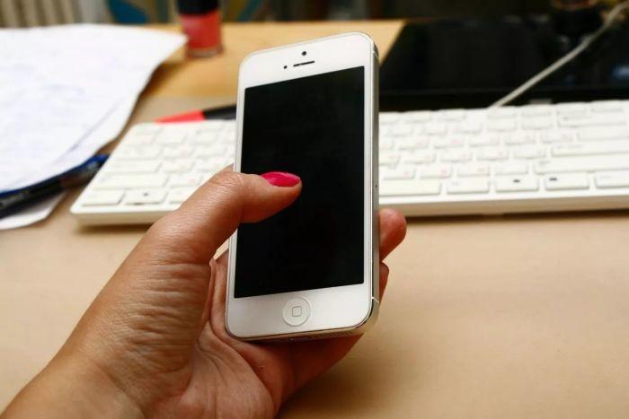 Использовать телефон только для работы. /Фото: mmbiz.qpic.cn