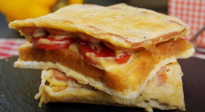 Сэндвич в омлетном блинчике – оригинально, аппетитно и вкусно. /Фото: youtube.com/watch?v=Salq6OKo4o4