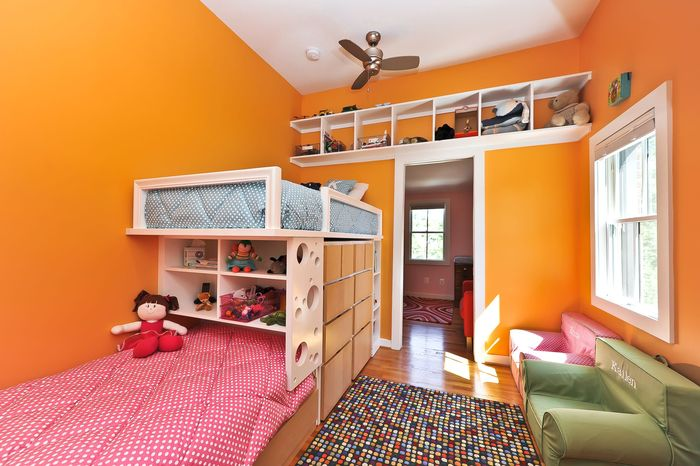 Полка над дверью – и место хранения, и элемент дизайна. /Фото: asset-a.grid.id