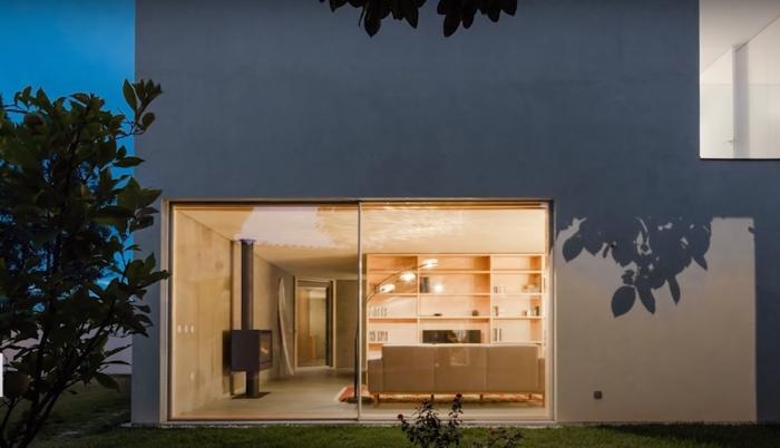 Дом с внешней стороны, смотрится необычно. /Фото: youtube.com