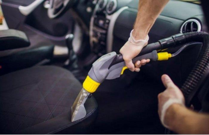 Во время пандемии чистить салон автомобиля пылесосом необходимо раз в неделю. /Фото: vk.vkfaces.com