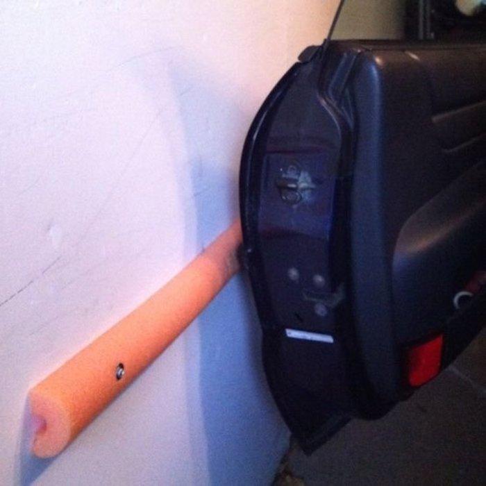 «Лапша» на стене убережет дверь машины от повреждений. /Фото: bazzinga.me