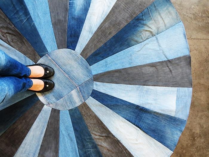 Такой простой коврик по силам и начинающей швее. /Фото: ohohdeco.com